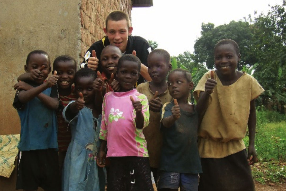 Uganda 2008 : Aaron getting to know the local children