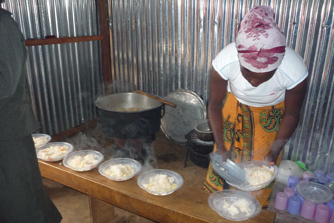 Kenya 2010 : Dishing up line