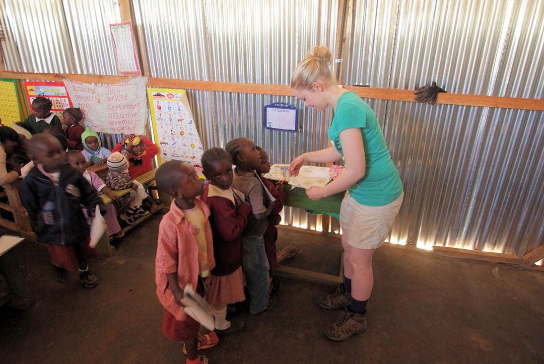 2011 Kenya : Helping in class