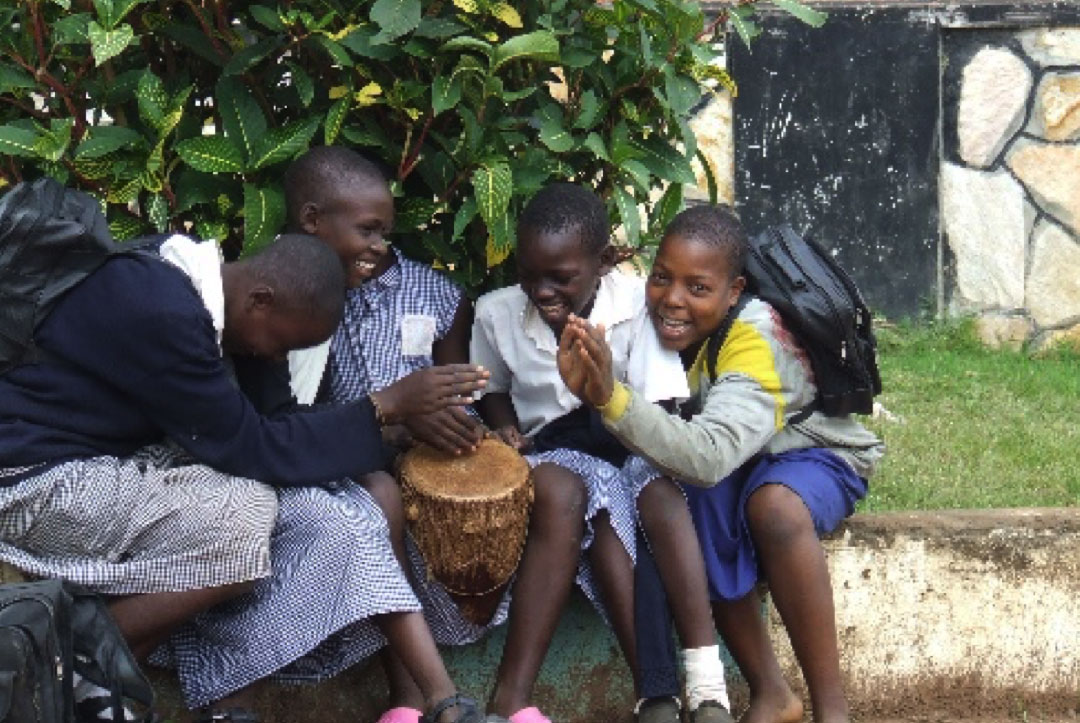 Uganda 2008 : Being entertained by the children