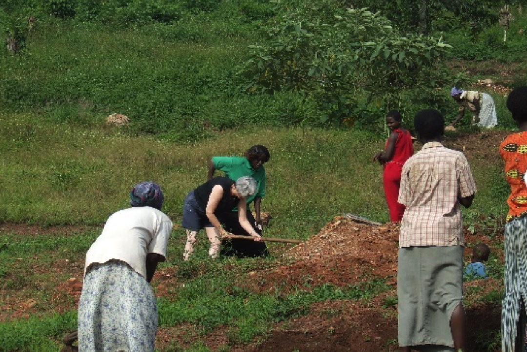 Uganda 2008 : Being shown how to work the land
