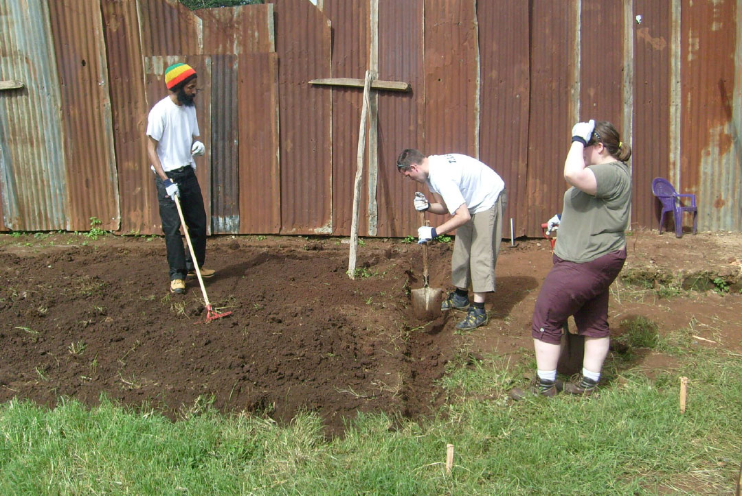 Kenya 2013 : Digging the trenches for the foundation stones