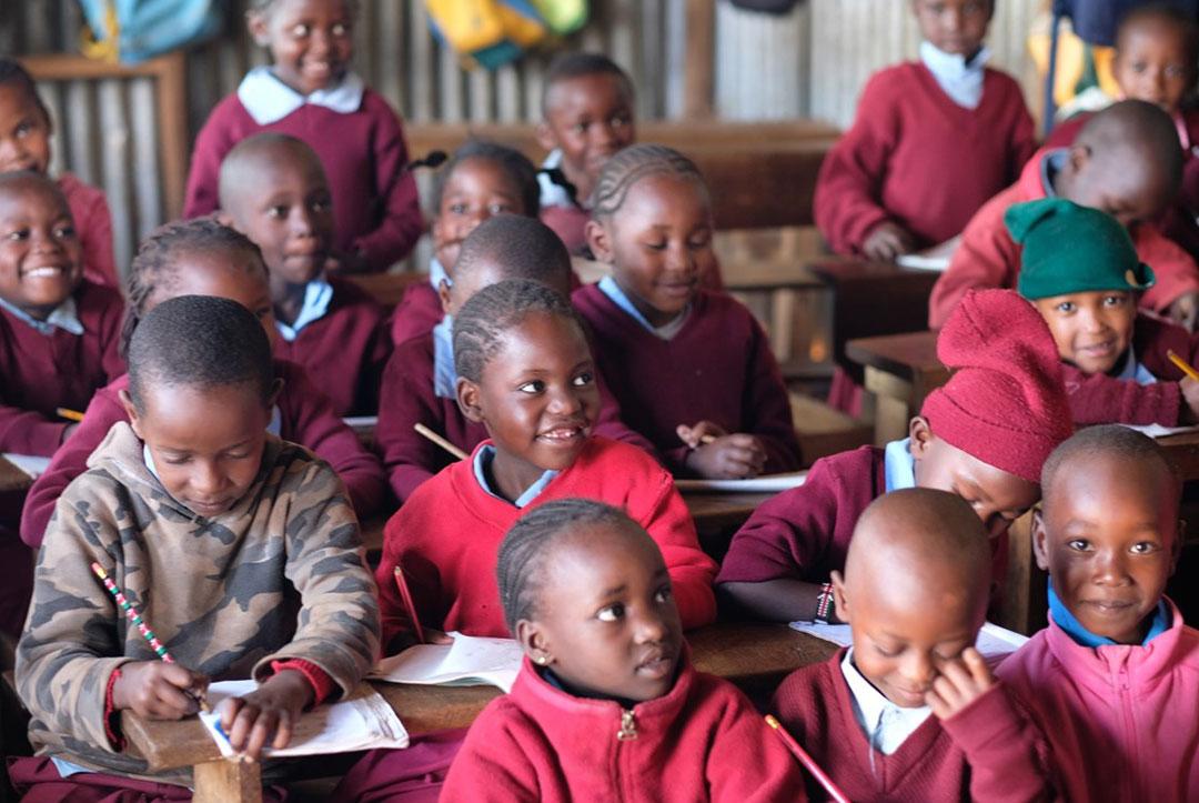 2018-Kenya-04-Everyones-working-hard